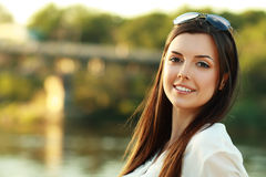 Mujer joven cerca del río Fotos de archivo