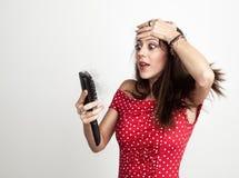 Mujer joven chocada con el cepillo de pelo imagen de archivo