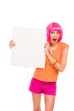 Mujer joven chocada con la tarjeta blanca en blanco. Imagenes de archivo