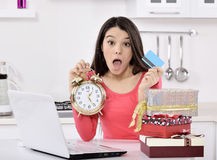 Mujer joven chocada con las cajas de regalo imágenes de archivo libres de regalías
