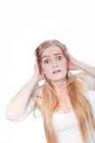 Mujer joven chocada con las manos en la cabeza Fotografía de archivo libre de regalías