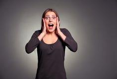 Mujer joven chocada feliz Fotos de archivo