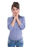 Mujer joven chocada o sorprendente aislada en blanco. Foto de archivo libre de regalías