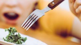 Mujer joven chocada que está en dieta Foto de archivo