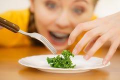 Mujer joven chocada que está en dieta Foto de archivo libre de regalías
