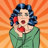 Mujer joven chocada que habla en el teléfono Arte pop Fotos de archivo libres de regalías