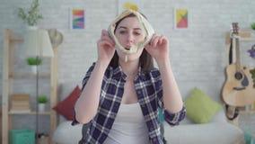 Mujer joven chocada que mira en el monedero, el concepto, idea de la falta de dinero almacen de metraje de vídeo