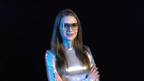 Mujer joven cibernética en la ropa de plata almacen de metraje de vídeo