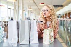Mujer joven como cliente con la tarjeta de crédito Imagenes de archivo