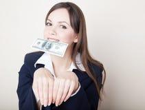 Mujer joven con 100 dólares en su boca Fotografía de archivo