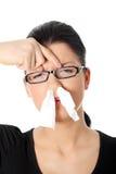 Mujer joven con alergia o frío Imagen de archivo libre de regalías