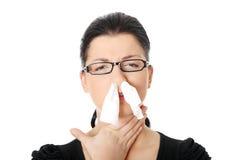 Mujer joven con alergia o frío Imagen de archivo