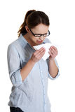 Mujer joven con alergia o frío Foto de archivo libre de regalías