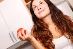 Mujer joven con Apple Fotos de archivo