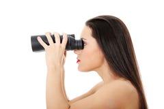 Mujer joven con binocular Imagen de archivo libre de regalías