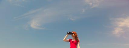 Mujer joven con binocular Fotografía de archivo libre de regalías