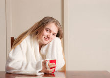 Mujer joven con café por mañana Imagenes de archivo