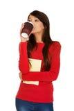 Mujer joven con café y el cuaderno Foto de archivo libre de regalías