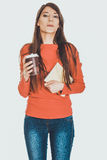 Mujer joven con café y el cuaderno Fotografía de archivo libre de regalías