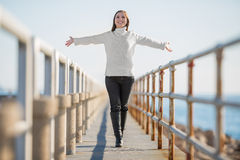 Mujer joven con caminar abierto de los brazos Imágenes de archivo libres de regalías