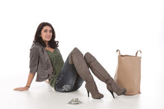 Mujer joven con compras y efectivo Foto de archivo libre de regalías