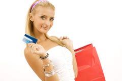 Mujer joven con de la tarjeta de crédito Imágenes de archivo libres de regalías