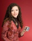 Mujer joven con de la tarjeta de crédito Foto de archivo libre de regalías