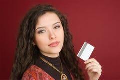 Mujer joven con de la tarjeta de crédito Foto de archivo