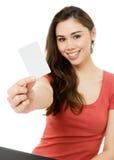 Mujer joven con de la tarjeta de crédito en blanco Foto de archivo libre de regalías