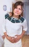 Mujer joven con dolor abdominal Fotos de archivo libres de regalías