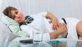 Mujer joven con dolor abdominal Imágenes de archivo libres de regalías