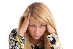 Mujer joven con dolor de cabeza Fotos de archivo libres de regalías