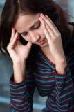 Mujer joven con dolor de cabeza Imágenes de archivo libres de regalías