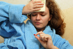 Mujer joven con dolor de cabeza Fotografía de archivo libre de regalías