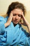 Mujer joven con dolor de cabeza Imagenes de archivo