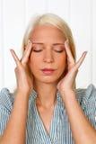 Mujer joven con dolor de cabeza de la jaqueca Imagen de archivo