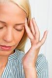 Mujer joven con dolor de cabeza de la jaqueca Fotos de archivo