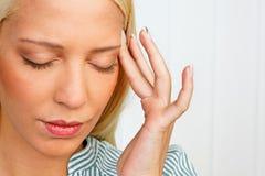 Mujer joven con dolor de cabeza de la jaqueca Imagen de archivo libre de regalías