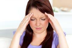 Mujer joven con dolor de cabeza en el país Foto de archivo libre de regalías