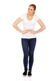 Mujer joven con dolor de estómago Fotografía de archivo