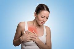 Mujer joven con dolor del pecho del pecho coloreada en rojo imágenes de archivo libres de regalías