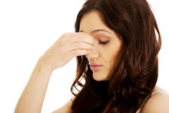 Mujer joven con dolor del sino Foto de archivo