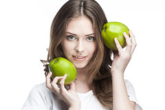 Mujer joven con dos manzanas verdes Imágenes de archivo libres de regalías