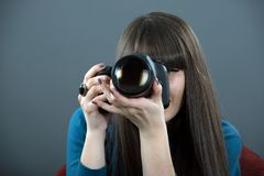 Mujer joven con DSLR Imagen de archivo libre de regalías