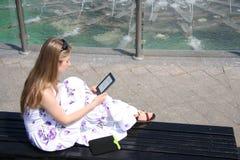 Mujer joven con EBook Imagen de archivo