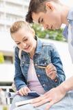 Mujer joven con el amigo masculino que estudia junto en el campus de la universidad Fotografía de archivo libre de regalías