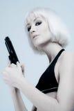 Mujer joven con el arma Imagen de archivo libre de regalías