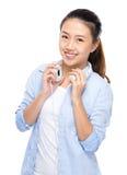 Mujer joven con el auricular en hombro Imágenes de archivo libres de regalías