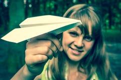 Mujer joven con el avión de papel - estilo retro Foto de archivo libre de regalías