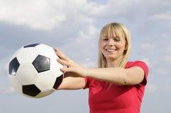 Mujer joven con el balón de fútbol Imagenes de archivo